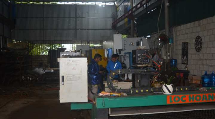 máy móc tại xưởng gia công cơ khí